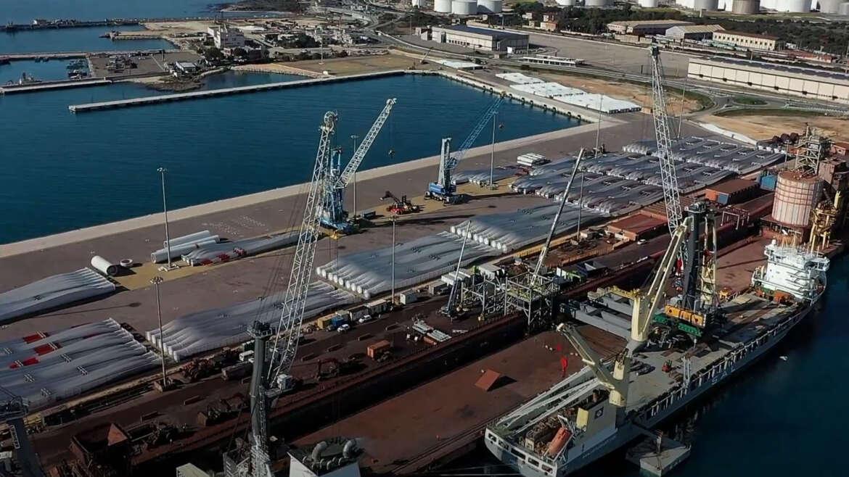 Unloading one crane in Port of Taranto